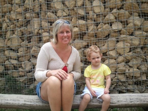 Lily met Maman op een bankje in Plankendael