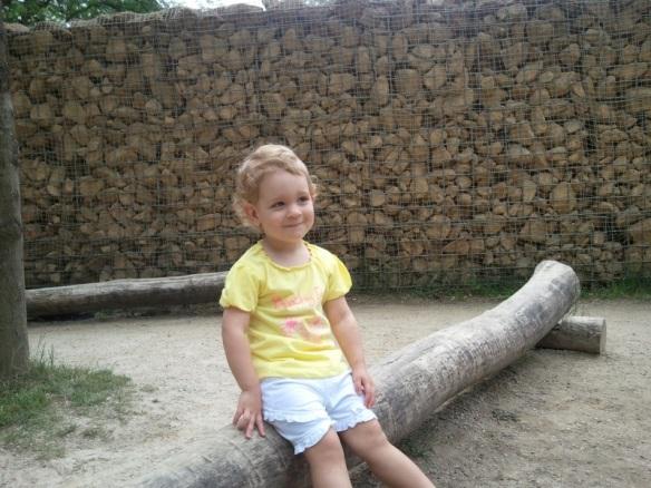 Lily op het volgende bankje voor een foto in Plankendael