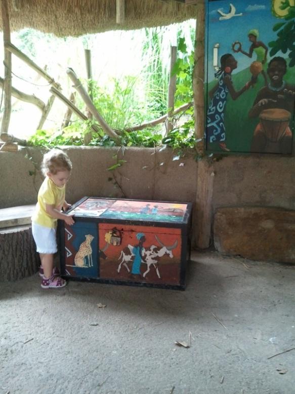 Lily speelt met een kist in Plankendael - Afrika
